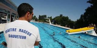 Maîtres nageur sauveteur qui surveille la piscine de dos